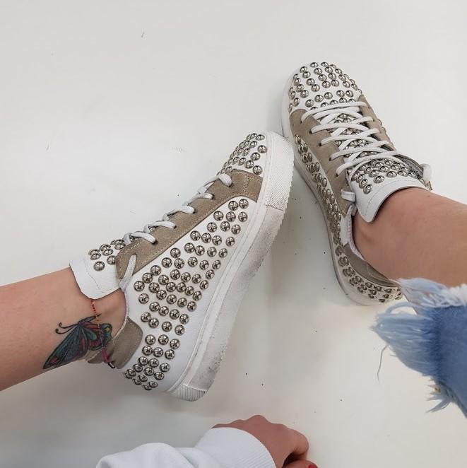 Sneakers pelle bianca e taupe borchie style - Lia diva scarpe ...